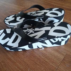 DKNY Donna Karen Platform flip flop sandals 8M